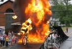 متسابق دراجة نارية يعبر جدار ناري خطير - فيديو غرائب 2016