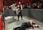 WWE Raw: Feb. 6, 2017 ساموا جو يحصل على مساعدة غير متوقعة في بداية خام وحشية ضد رومان رينز مترجمة