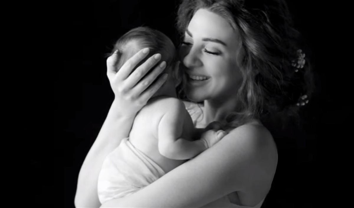 Мама с ребенком картинка гиф