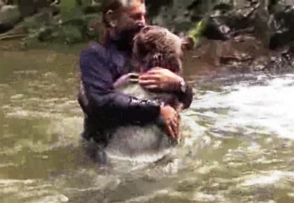 رومنسي وقمة الانسانية رجل يعانق دب - فيديو غرائب 2015